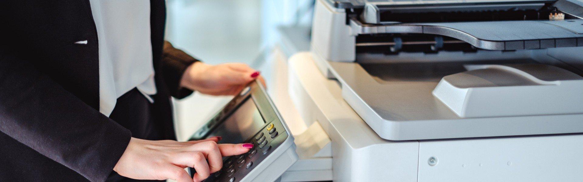 Kobieta dotyka drukarki